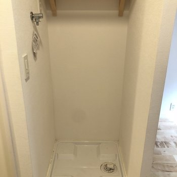 洗濯機置場も、嬉しい棚付き※写真はクリーニング前