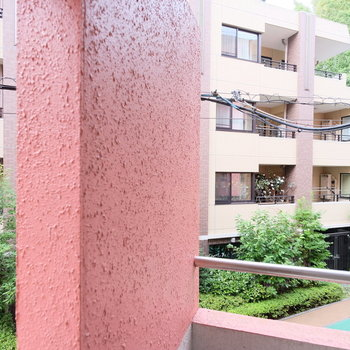 眺望はきれいなマンションと新宿御苑の緑がチラリ