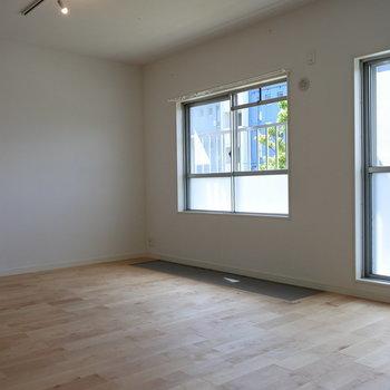 ゴロンとしたくなる窓辺。ぷちサンルームも付きましたよ!※写真は前回工事したお部屋