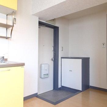 キッチンもこちらのお部屋に。奥の銀の扉は水回りに続きます。