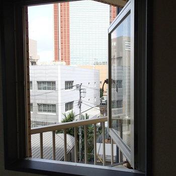 奥のお部屋はたのしい窓もありました。