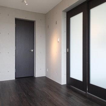 こちらは奥のお部屋。扉はウォークインクローゼットに続きます※写真は前回募集時のものです