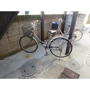 自転車は階段下に
