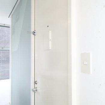 玄関はこちら。奥の水色は共用部へのすりガラス。共用部が真っ暗になっちゃうので、各部屋から光を入れているんですね。