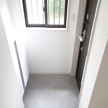 玄関はこちら窓もあります。