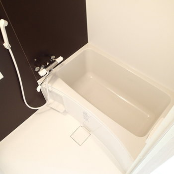 お風呂も新品。浴槽もゆったりですね。