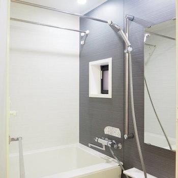 浴室にも小窓があるなんてロマンチック〜