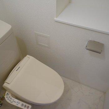 トイレは棚も付いてます!※写真は6階の同間取り別部屋