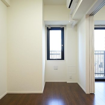 こちら寝室スペース!エアコンもしっかり別で設置してあります!※写真は6階の同間取り別部屋