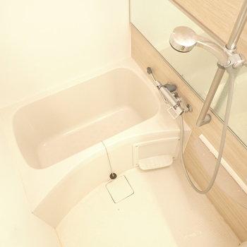 爽やかバスルーム!シャワーヘッドは大きめですね。