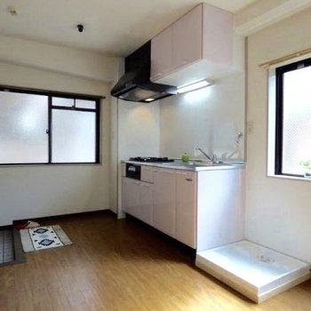 キッチンの真横に洗濯機置場があります。