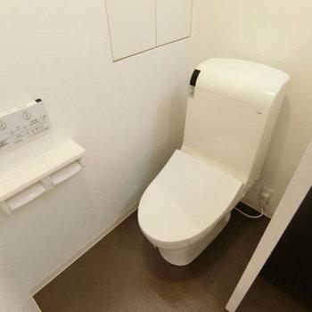 おトイレは最新型。横の隠れ棚に色々収納しましょう〜!