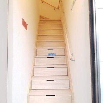 最初の数段は引き出し収納になっています※写真は2階の反転間取り別部屋のものです