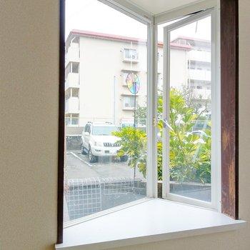 出窓の三角コーナー。植物置いたり、写真を飾ったり・・・。