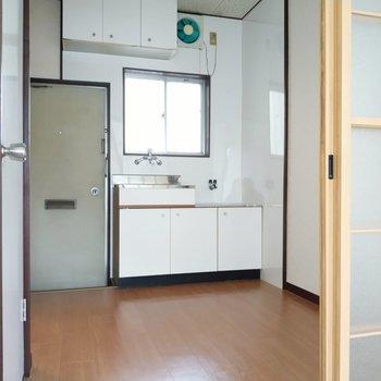 キッチン前の換気窓がうれしい。冷蔵庫は引き戸の横に置けます。