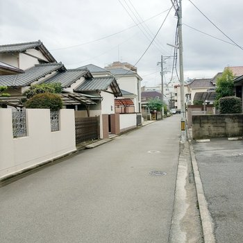 周辺は穏やかな住宅街。大通りの「福陵町」バス停までは徒歩3分ほど。
