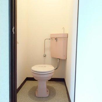 ピンク色のすっきりとしたトイレ。