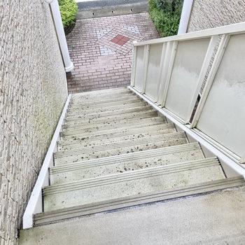 2階までは階段で。幅も広いのでお買い物袋下げて歩けます。