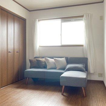 洋室は6帖の広さ。こちらも南東向きなのでお部屋が明るい〜!(※写真の家具小物は見本です)
