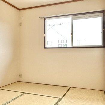 こちらは和室6畳。畳の匂いって心が安らぐ〜。