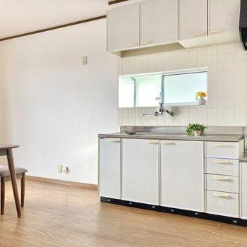冷蔵庫はキッチン横に。大きなサイズもおけますよ。(※写真の小物は見本です)
