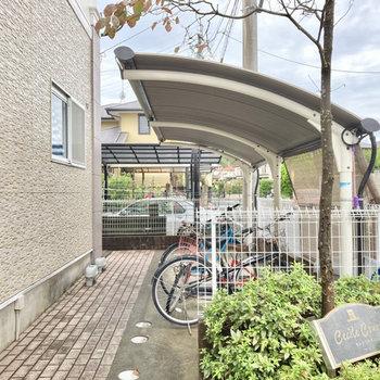 自転車置き場はしっかり屋根付きです。