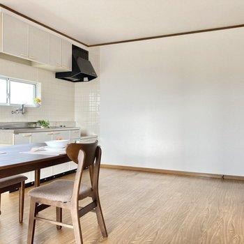 キッチン前にダイニングテーブルを置いてっと。(※写真の家具小物は見本です)