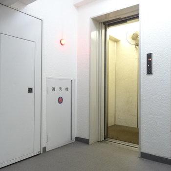 エレベーターで上がりましょ
