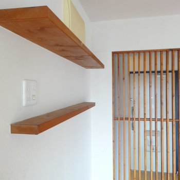 木製の飾り棚、ルーバーがいい!