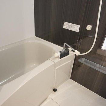 お風呂はシックな色合いです。