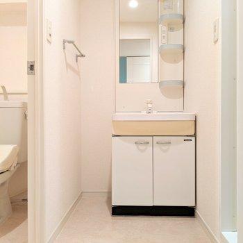 独立洗面台の横にタオルの棚おけますね♪
