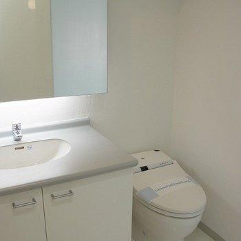 タンクレストイレ。※写真は反転の間取りの別部屋です