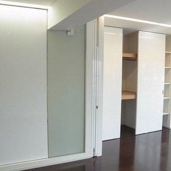 お部屋は二つに仕切ることができます。※写真は反転間取りの別部屋です