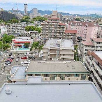 町を見下ろす高台で