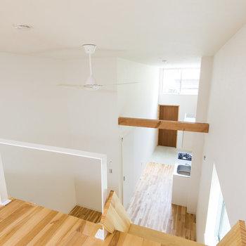 お部屋を見下ろすと木の梁が見えますね