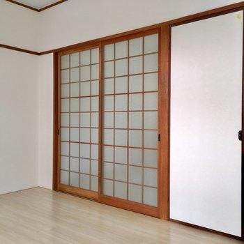 引き戸は昔懐かしさ残るガラス扉。(※写真は清掃前のものです)