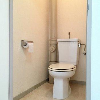 シンプルなトイレ。配管むき出しがかっこいい!(※写真は清掃前のものです)