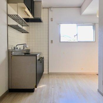 キッチン横の窓は南向き。たっぷり光が入ります!(※写真は清掃前のものです)