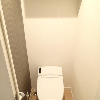 でもトイレは個室。上部収納付き。