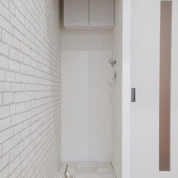 お部屋に洗濯機置場があります。突っ張り棒でカーテンとかつけるといいかも。