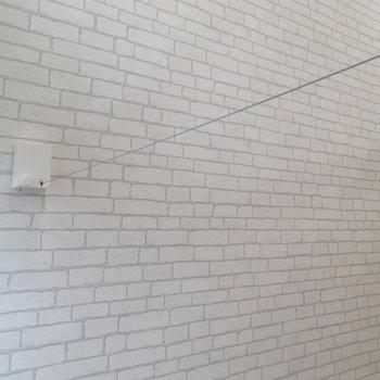お部屋にワイヤーが通せるようになってます。使わない時はすっきりしまえますよ。