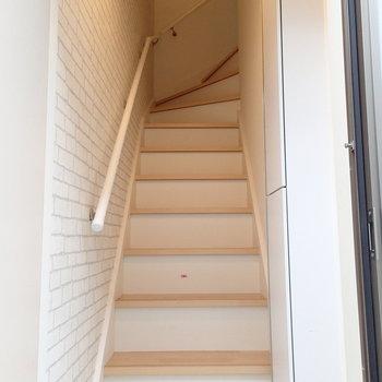 玄関入るとすぐに階段です。