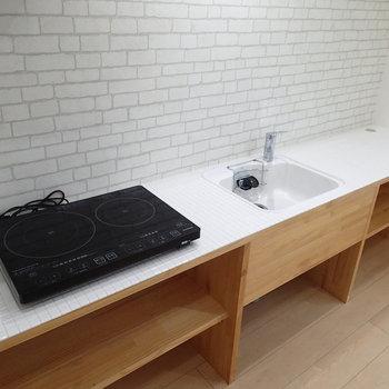 キッチン大きい!色のタイルも可愛くていい感じ。