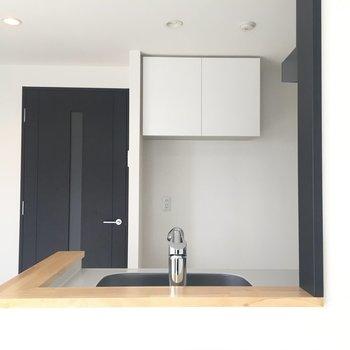 キッチンから顔を覗かせて。奥にはスペースがあります。