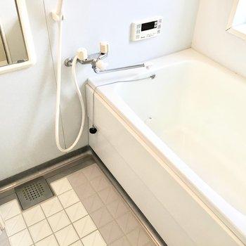 お風呂は少し古さを感じますが窓があって気持ちいいですよ◎