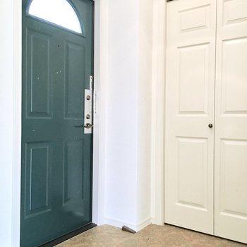 玄関は緑のドアがアクセント◎