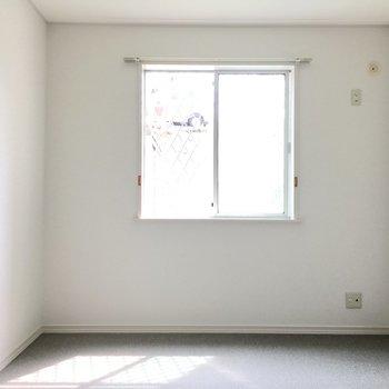 洋室①】斜めのドアを開けてお隣の洋室へ。床はカーペットタイプ。
