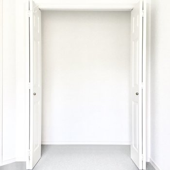 洋室①】洋服を掛ける場合はハンガーラックが必要です。