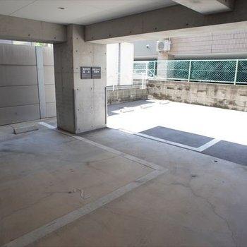 1階は駐車スペース
