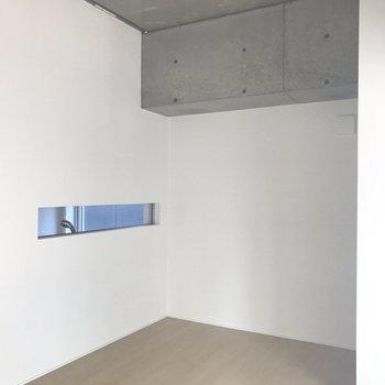 お部屋からのお風呂のスリット窓